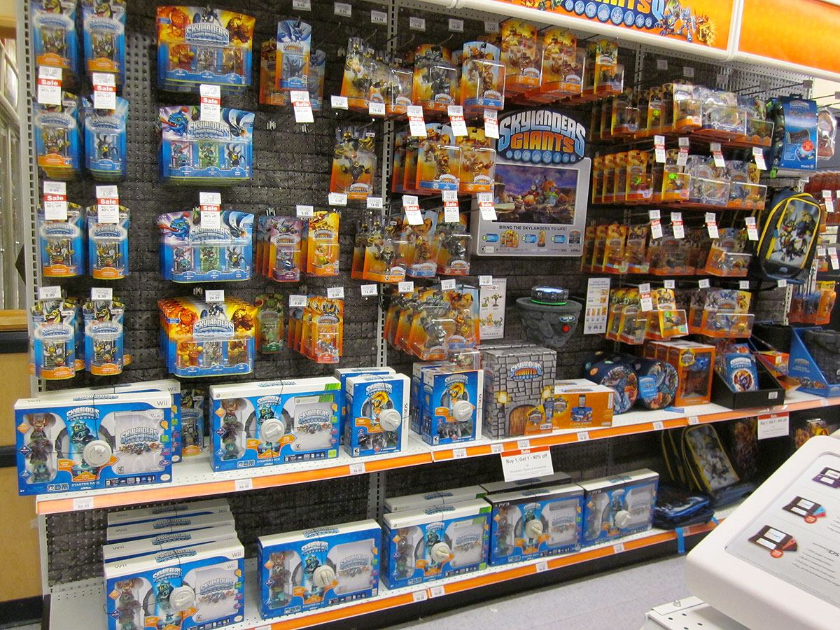 Skylanders Toys R Us : Skylanders giants release day displays at toys r us