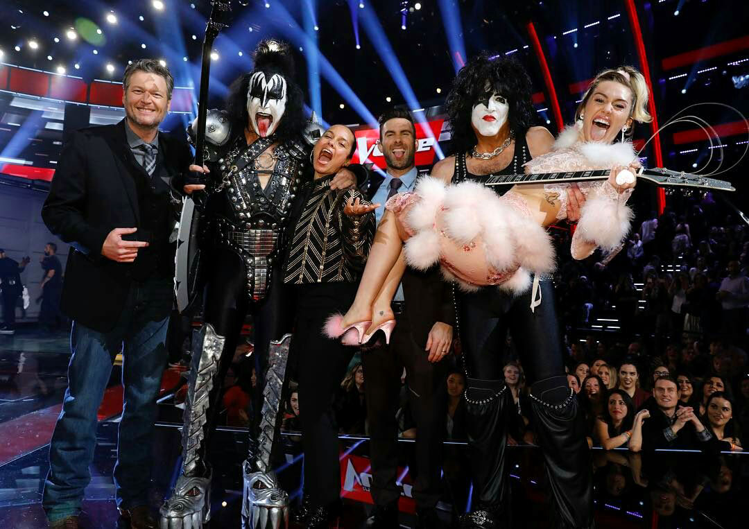 Kiss with Miley Cyrus at The Voice finale